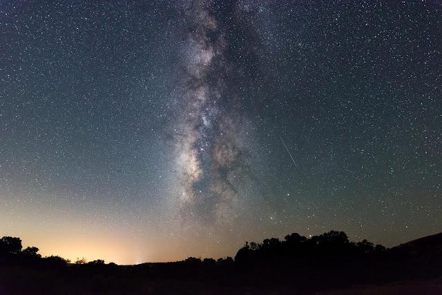 Nhiếp ảnh gia Sergio Garcia Rill bắt lại được một vệt sao băng cùng dải Ngân Hà trên bầu trời Công viên Enchanted Rock, bang Texas. Đây là một trong những địa điểm rất thích hợp để quan sát bầu trời đêm.