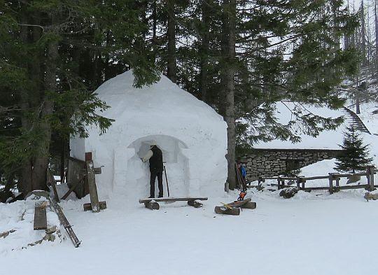 Budowa śnieżnej szopki pod Rainerową Chatką.