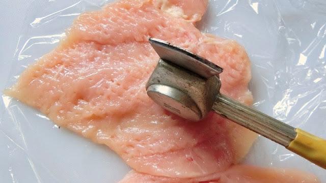 鶏むね肉を肉叩きで薄くのばします。肉叩きがない場合はラップで挟んで麺棒で叩いてのばします。