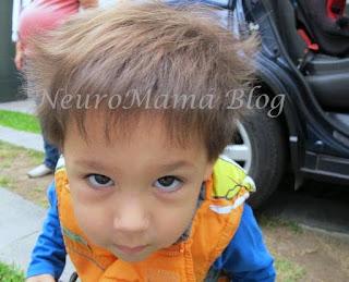 Niño mirando a la cámara con cara de loco