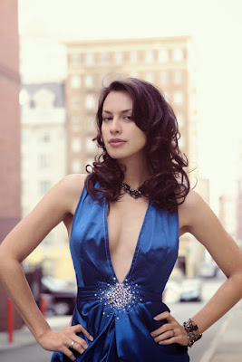 Janda seksi pamer dada besar Sophia lAtjuba