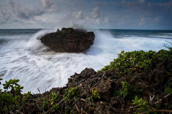Deburan Ombak di Pantai Madasari