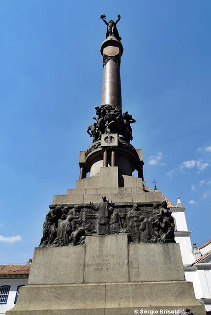 Vista frontal do Monumento Glória Imortal aos Fundadores de São Paulo - Pátio do Colégio
