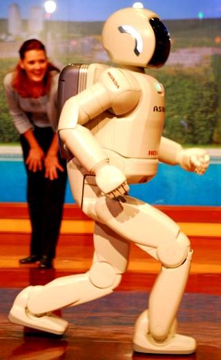 Robot corriendo a la vista de una mujer