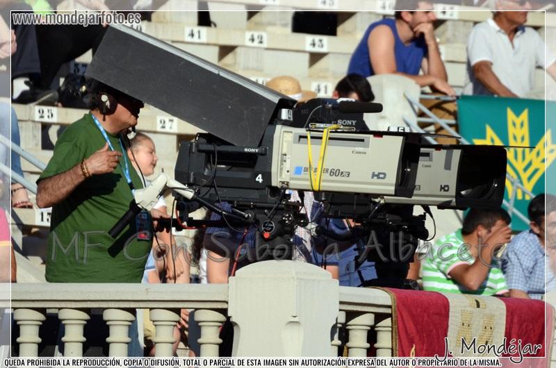 Las cámaras de Televisión Española en la retransmisión de la tradicional corrida a beneficio de Asprona.