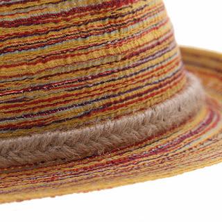 Sombrero casual de paja, con ala angosta y líneas horizontales
