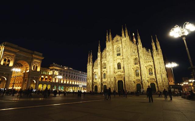 Catedral de Milão iluminada à noite