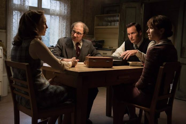 Vera Farmiga, Simon McBurney, Patrick Wilson e Frances O'Connor em Invocação do Mal 2 'The Conjuring 2' (via Warner Bros.)