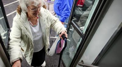 Semob esclarece que motoristas estão orientados a abrirem a porta do meio para acesso dos idosos quando acentos prioritários estiverem preenchidos