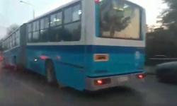 Το λεωφορείο «κρέμασε» και σχημάτισε γωνία (βίντεο)