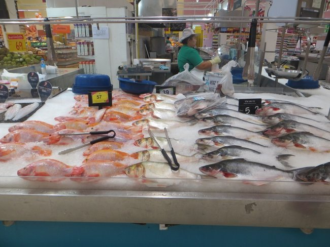 Свежая рыба в Теско Лотусе в Таиланде