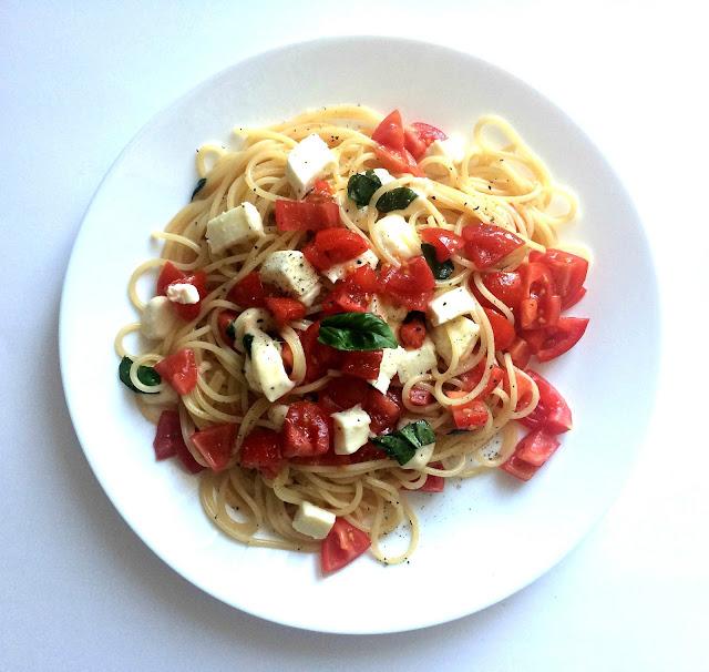 Spaghetti z pomidorami, mozzarellą i bazylią