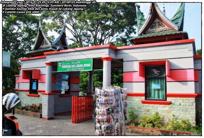 Melawat Lobang Jepang di Kota Bukittinggi di Sumatera Barat di Indonesia