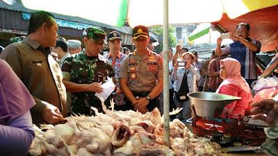 Pastikan Stok dan Harga Kebutuhan Aman, Plt Walikota Mojokerto Sidak di Pasar Tanjung Anyar