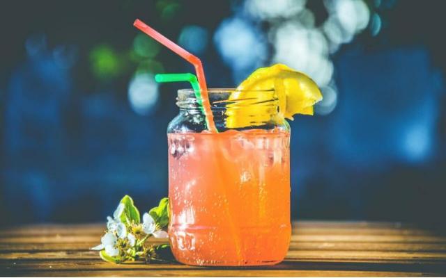 10 drinks para fazer com os amigos no ano novo com e sem álcool
