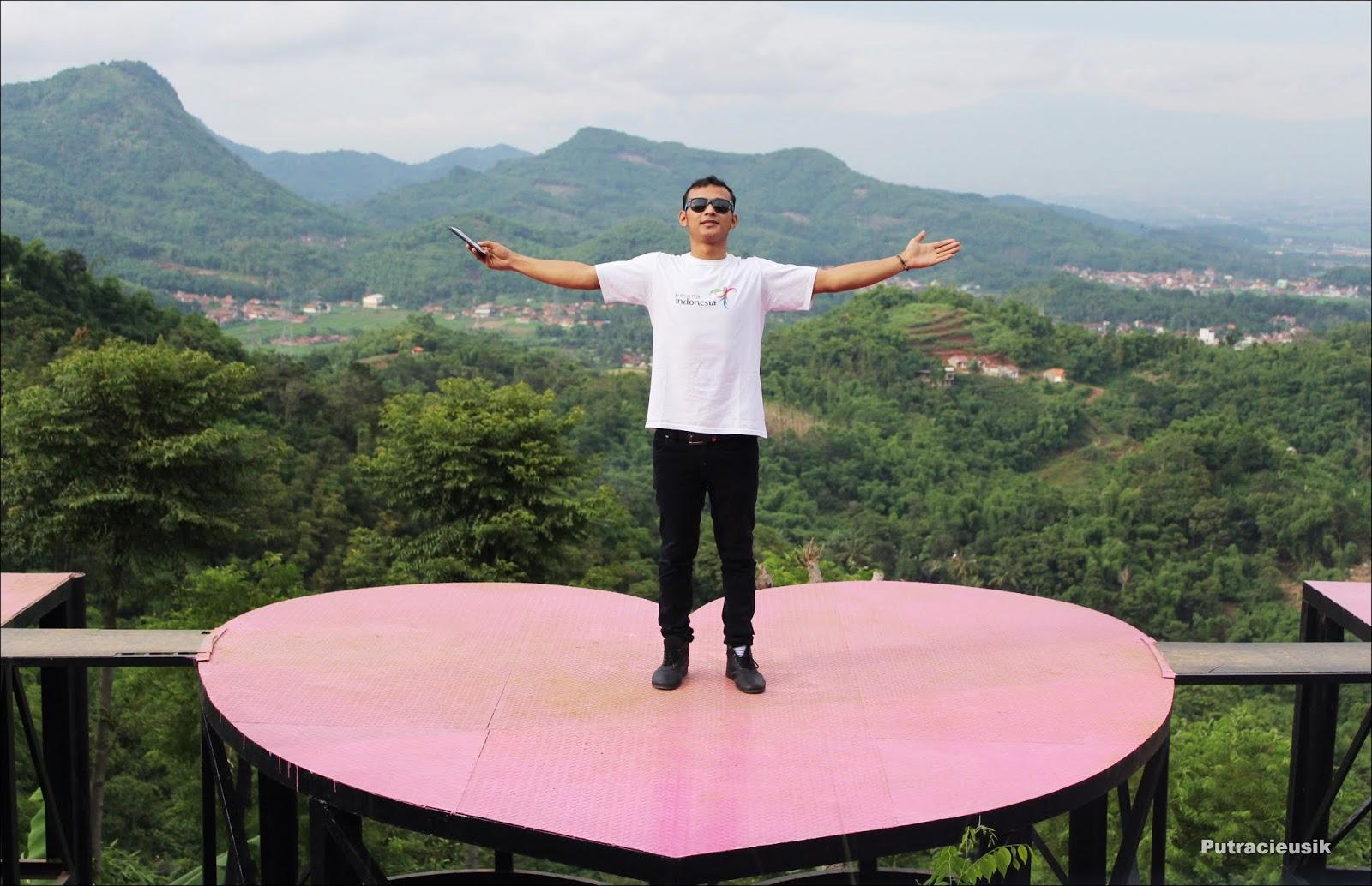 Menikmati Pemandangan Pegunungan Bandung Selatan di Taman Love Soreang
