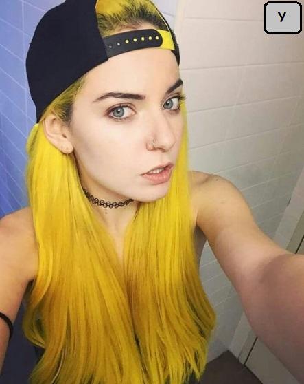 foto rambut panjang warna semir kuning menggunakan topi