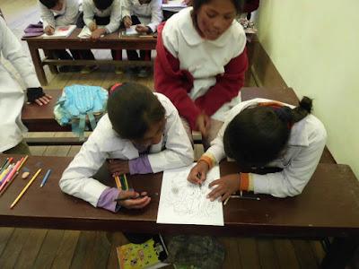 Nach dem Evangelium dürfen die kleinsten Schüler von mir vorgefertigte Skizzen zum Zöllner Zachäus anmalen.
