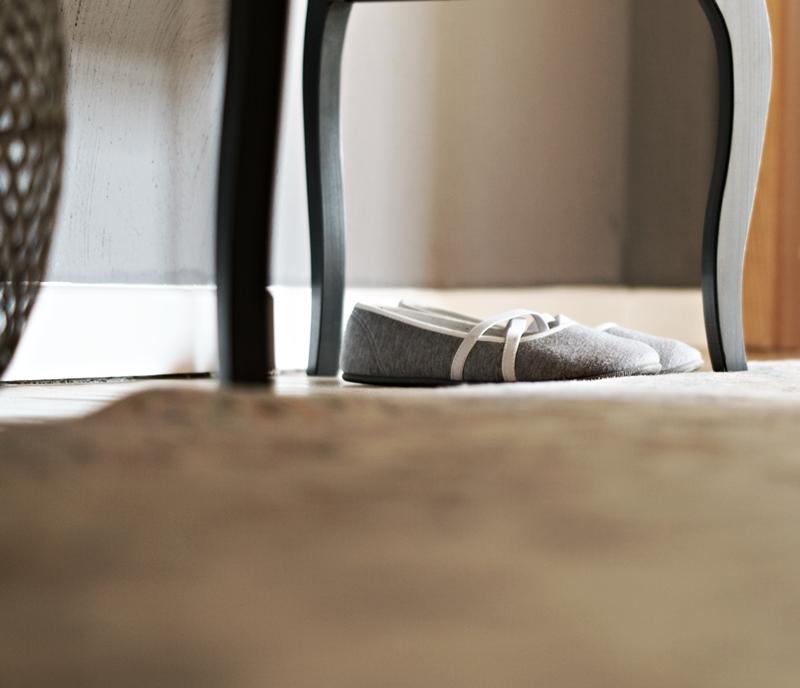 Blog + Fotografie by its me - Rooming Flur, Schläppchen unter einer Kommode von ikea