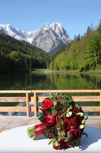 Trachtenhochzeit in den Bergen, Dunkelrot und Creme, Rosen, Dirndl, Maihochzeit, Riessersee Hotel Garmisch-Partenkirchen, Bayern, Mountain wedding in Bavaria