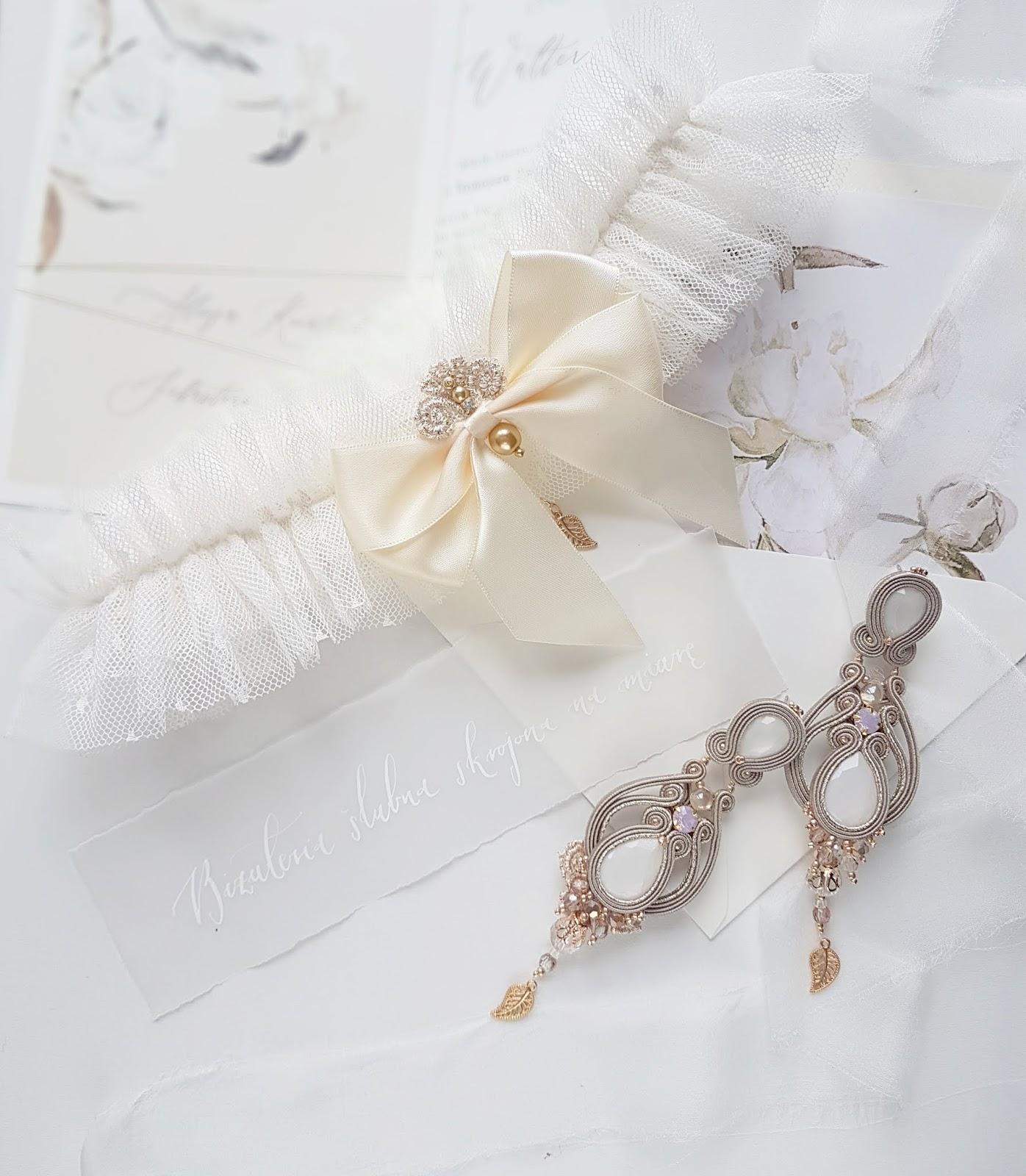 Podwiązka ślubna z listkiem i perłami, dopasowana do biżuterii.