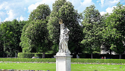 Jedna z wielu rzeźb ozdabiających ogród