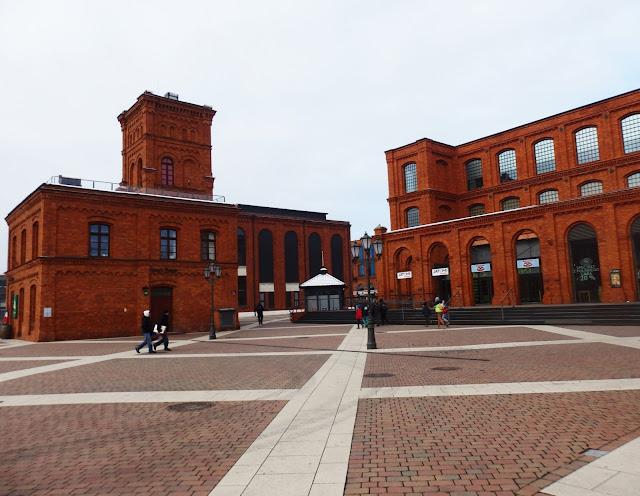 Manufaktura - przebudowana fabryka i jedno z największych europejskich centrów handlowych