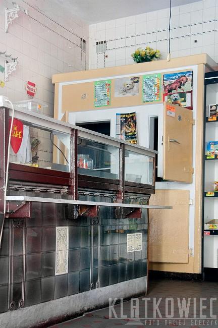Bierutów. Przedwojenny sklep mięsny z zachowanymi secesyjnymi kaflami, ladą i chłodnią..
