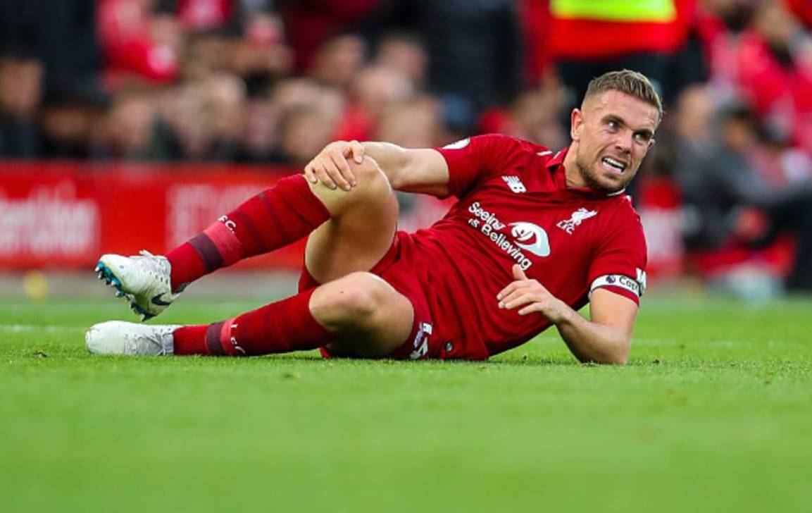 Jordan-Henderson-holding-his-knee-in-discomfort