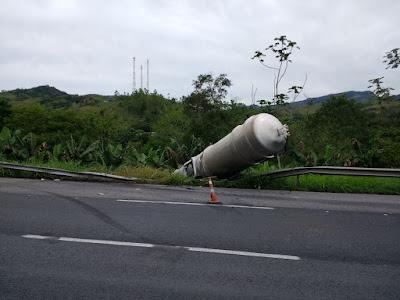 Caminhão com 18 mil litros de ácido sulfúrico sofre acidente na Regis Bittencourt em Cajati