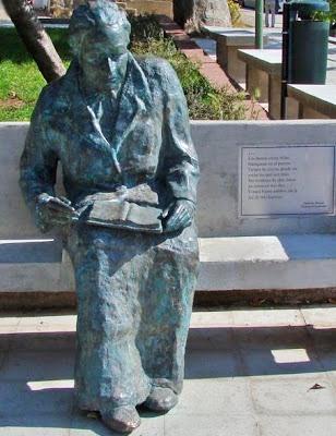 Foto a la estatua de Gabriela Mistral leyendo en un parque