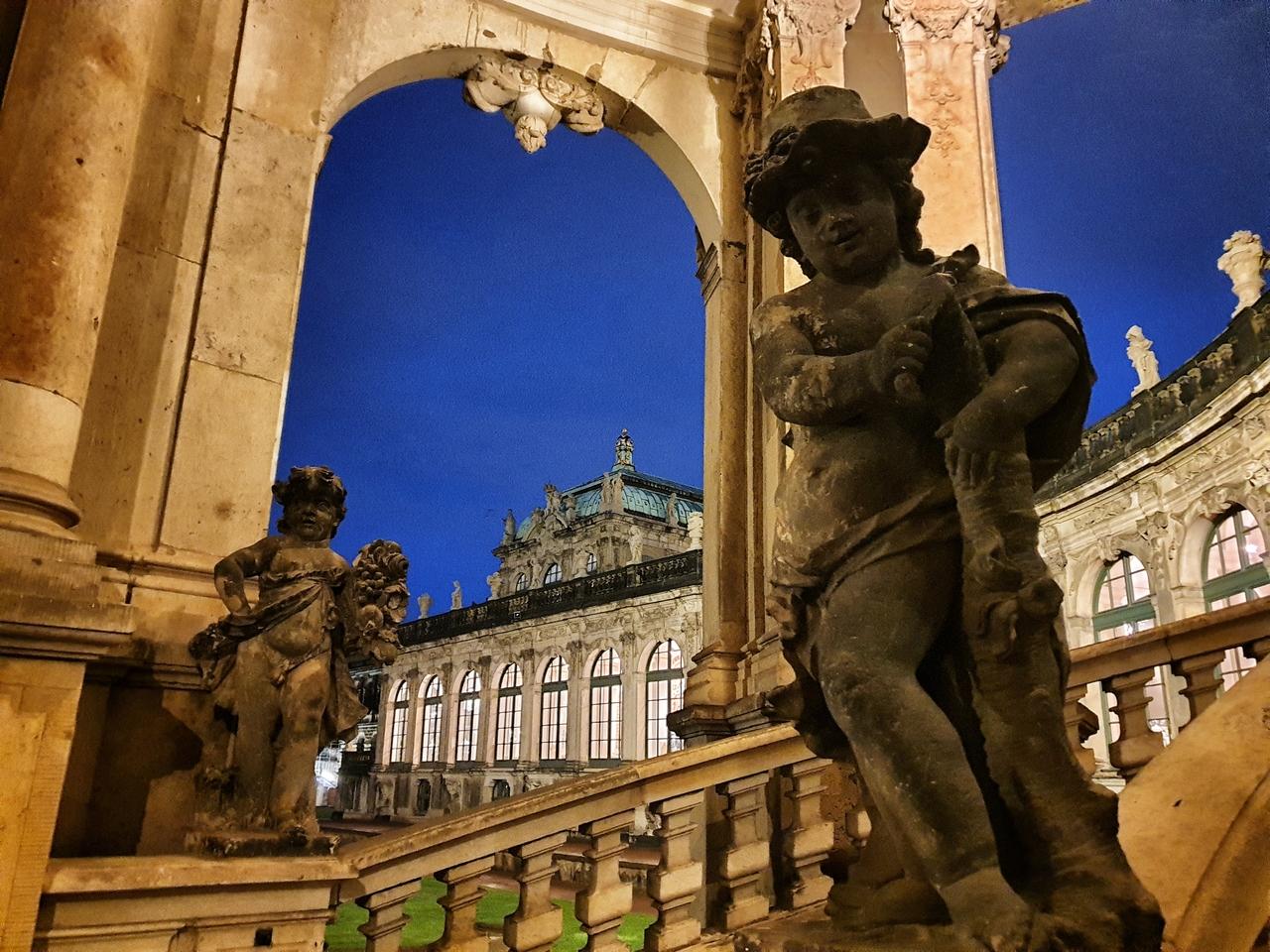 Zwinger jest perełką architektoniczno-kulturową Europy. Po przekroczeniu progu zobaczymy liczne bogato zdobione pawilony, w których dziś mieszczą się muzea, ogromne fontanny i wiele okazałych bram.