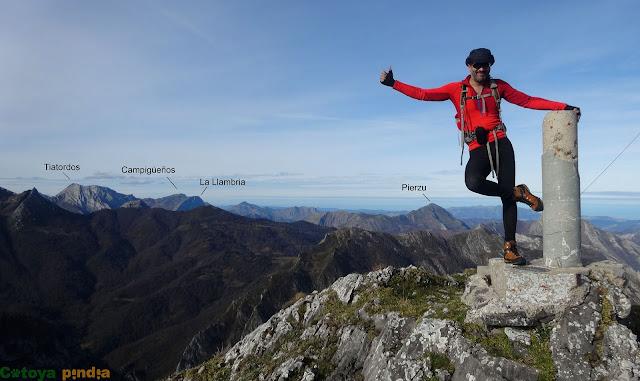disfrutando de la cima del Pico Pozalón con el Tiatordos al fondo.
