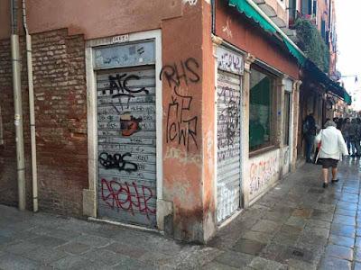Saracinesca abbassata al Panificio Barozzi