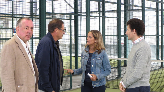 La alcaldesa habla en Lasesarre con el gerente del Instituto Municipal de Deportes, Fernando Landa, ambos del PNV