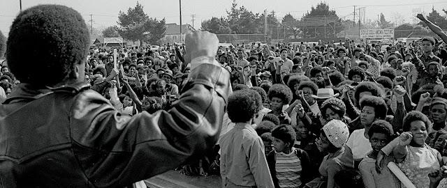 """Em 15 de outubro de 1996 era criado o """"Black Panther Party"""" (Partido dos Panteras Negras)"""