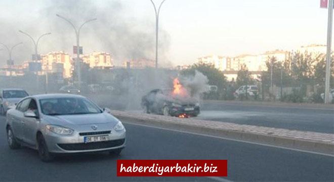 Diyarbakır'da seyir halindeki otomobil alev aldı