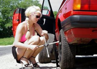 memang bagi anda yang belum pernah sama sekali mengalami kejadian ban kempis dan harus me Cara Mengencangkan Mur Roda Mobil Yang Benar