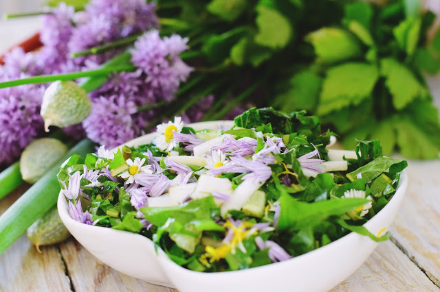 Wiosenna sałatka z chwastów