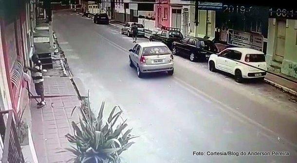 Vídeo mostra atropelamento de pedestre em Goiana; polícia investiga quem dirigia
