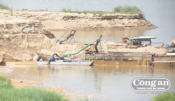 Người dân phản ứng trước tình trang khai thác cát gần bờ ở Quảng Nam