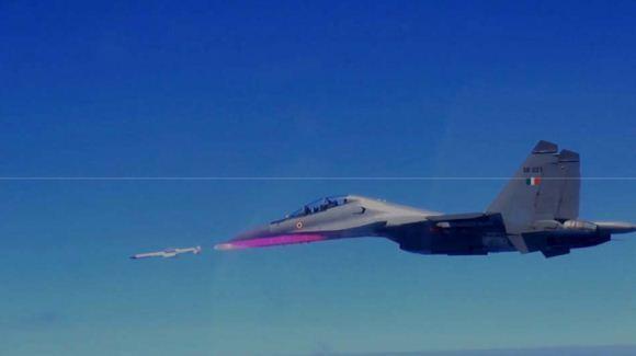 Su-30 MKI menembakkan rudal Astra