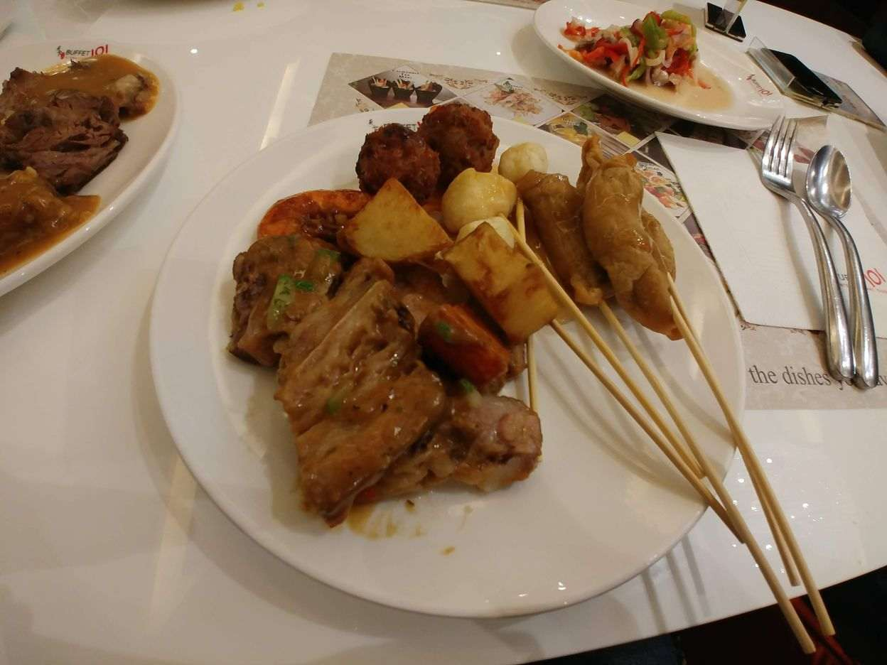 Plate of roast beef and barbecue skeweres at Buffet 101 Restaurant