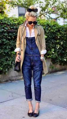 Jardineira jeans e blazer