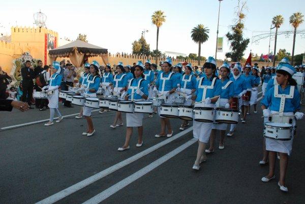 Desfile de majorettes y bandas de música en el Festival de la Cereza en Sefrou (Marruecos)
