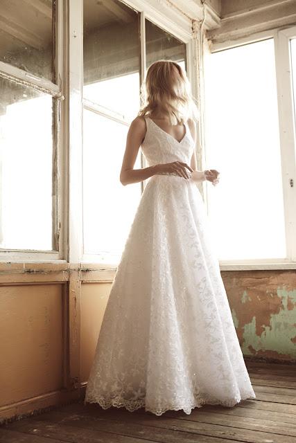 Koronkowa suknia ślubna o prostym kroju od BIZUU.