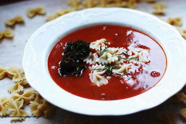 Zupa krem z pomidorów z makaronem i chipsem z jarmużu
