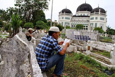 membaca alquran di kuburan