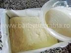 Prajitura simpla preparare reteta - turnam compozitia de branza peste cea de gris din tava