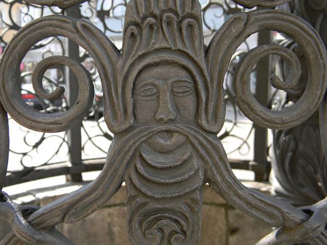 Co znajduje się na metalowej czaszy Pięknej Studni w Nysie?
